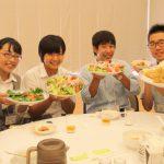 「白楊豚」を飼育する白楊高校の生徒たち